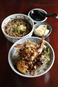 海老天丼と蕎麦のセットの写真素材 [FYI04316845]