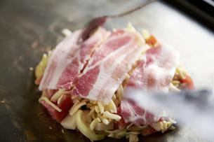 お好み焼きに豚肉をのせている工程写真の写真素材 [FYI04316920]