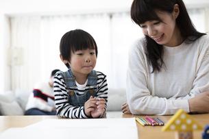 お絵描きする親子の写真素材 [FYI04316930]