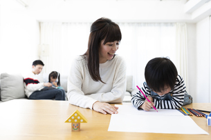 お絵描きする親子の写真素材 [FYI04316934]
