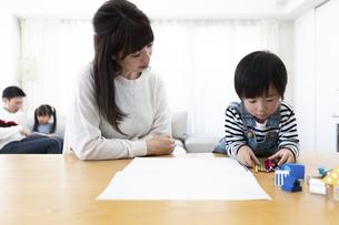 お絵描きする親子の写真素材 [FYI04316935]