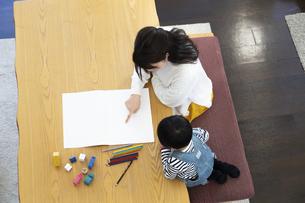 お絵描きする親子の写真素材 [FYI04316938]
