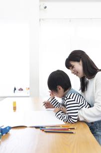 お絵描きする親子の写真素材 [FYI04316945]