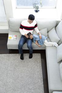お昼寝する女の子とお父さんの写真素材 [FYI04316950]
