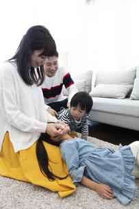 母親に歯磨きしてもらう女の子の写真素材 [FYI04316963]
