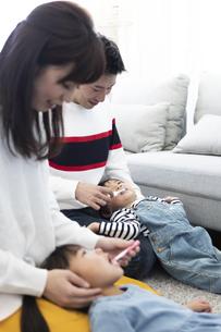 両親に歯磨きしてもらう子供たちの写真素材 [FYI04316967]