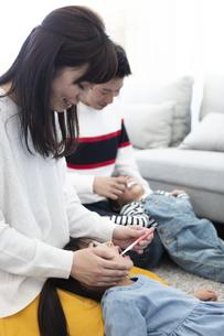 両親に歯磨きしてもらう子供たちの写真素材 [FYI04316969]