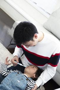 父親に歯磨きしてもらう息子の写真素材 [FYI04316972]