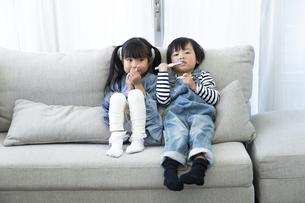 歯磨きをする子供たちの写真素材 [FYI04316979]