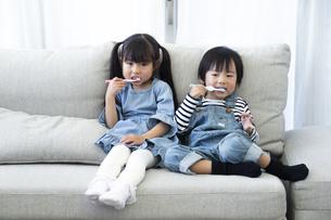 歯磨きをする子供たちの写真素材 [FYI04316982]