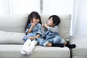 歯磨きをする子供たちの写真素材 [FYI04316985]