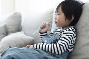 歯磨きをする男の子の写真素材 [FYI04316987]