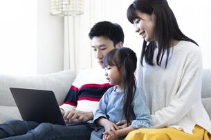 パソコンを見る家族の写真素材 [FYI04316992]