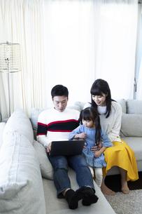 パソコンを見る家族の写真素材 [FYI04316993]
