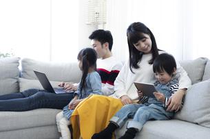 パソコンを見る家族の写真素材 [FYI04316994]