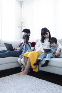 パソコンを見る家族の写真素材 [FYI04316995]