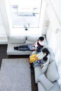 パソコンとタブレットを見る家族の写真素材 [FYI04317008]