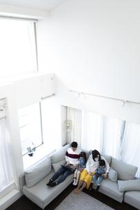 パソコンとタブレットを見る家族の写真素材 [FYI04317009]