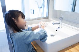 手を洗う女の子の写真素材 [FYI04317012]