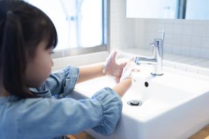 手を洗う女の子の写真素材 [FYI04317013]
