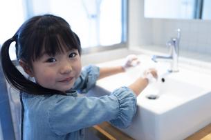 手を洗う女の子の写真素材 [FYI04317015]