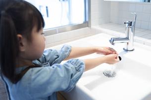 手を洗う女の子の写真素材 [FYI04317016]