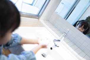 手を洗う女の子の写真素材 [FYI04317019]