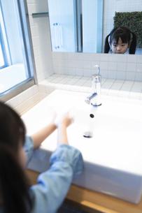 手を洗う女の子の写真素材 [FYI04317020]