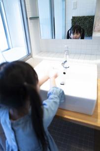 手を洗う女の子の写真素材 [FYI04317021]