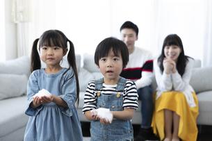 泡を持った子供たちと見守る夫婦の写真素材 [FYI04317025]