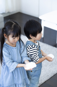 泡を持った子供たちの写真素材 [FYI04317027]