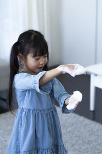 泡で遊ぶ女の子の写真素材 [FYI04317029]