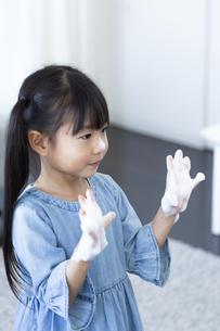 手洗いする女の子の写真素材 [FYI04317033]