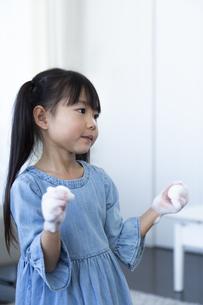 手洗いする女の子の写真素材 [FYI04317036]