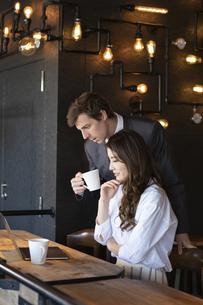 ビジネストークをするアメリカ人男性と日本人女性の写真素材 [FYI04317040]