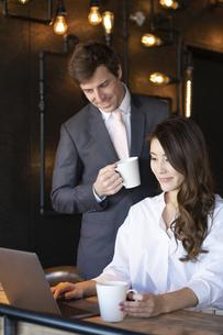 ビジネストークをするアメリカ人男性と日本人女性の写真素材 [FYI04317042]