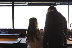 ビジネストークをするアメリカ人男性と日本人女性の写真素材 [FYI04317044]