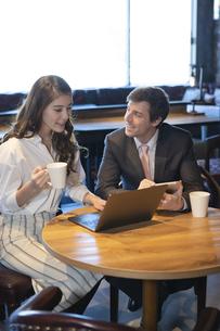 ビジネストークをするアメリカ人男性と日本人女性の写真素材 [FYI04317055]