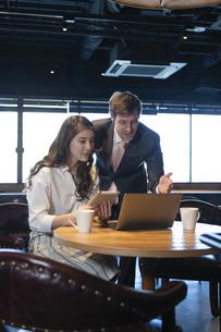 ビジネストークをするアメリカ人男性と日本人女性の写真素材 [FYI04317056]