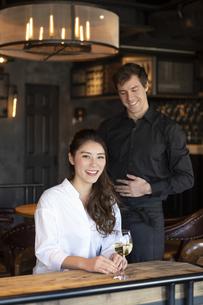 アメリカ人バーテンダーと客の日本人女性の写真素材 [FYI04317095]