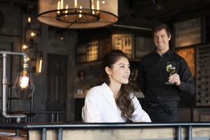 アメリカ人バーテンダーと客の日本人女性の写真素材 [FYI04317096]