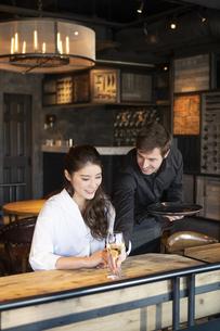 アメリカ人バーテンダーと客の日本人女性の写真素材 [FYI04317101]