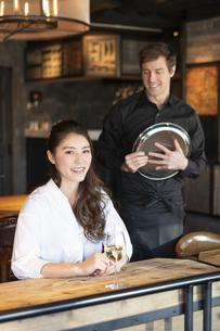 アメリカ人バーテンダーと客の日本人女性の写真素材 [FYI04317102]