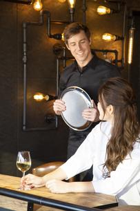 アメリカ人バーテンダーと客の日本人女性の写真素材 [FYI04317108]