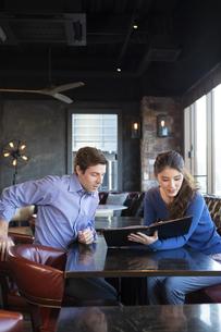 カフェでメニューを見るカップルの写真素材 [FYI04317131]
