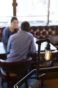 カフェで談笑するカップルの写真素材 [FYI04317137]