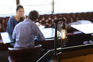カフェで談笑するカップルの写真素材 [FYI04317138]