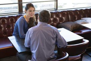 カフェで談笑するカップルの写真素材 [FYI04317139]