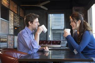 カフェで談笑するカップルの写真素材 [FYI04317140]