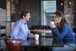 カフェで談笑するカップルの写真素材 [FYI04317141]